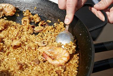 Hacer paella de marisco con arrozcontrol